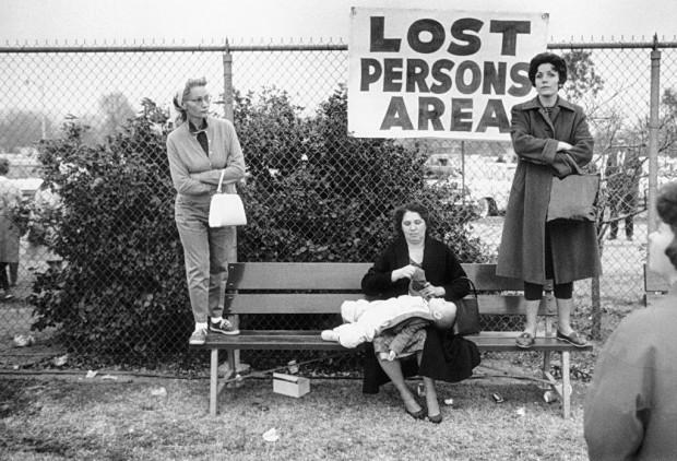 """Untitled"" by Elliott Erwitt, Pasadena, California (USA), 1963. Reference: PAR55339 (ERE1963003W00001/27)  © Elliott Erwitt/Magnum Photos."