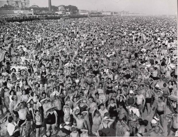 """Coney Island Beach"" por Weegee, Gelatina de plata, 20,6 x 25,4 cm (8 1/8 x 10 pulg.), 1940."