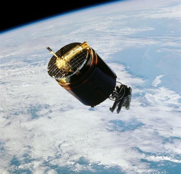 Astronaut Dale Gardner using MMU to travel to Westar VI satellite (Nov. 1984). NASA STS51A-46-057